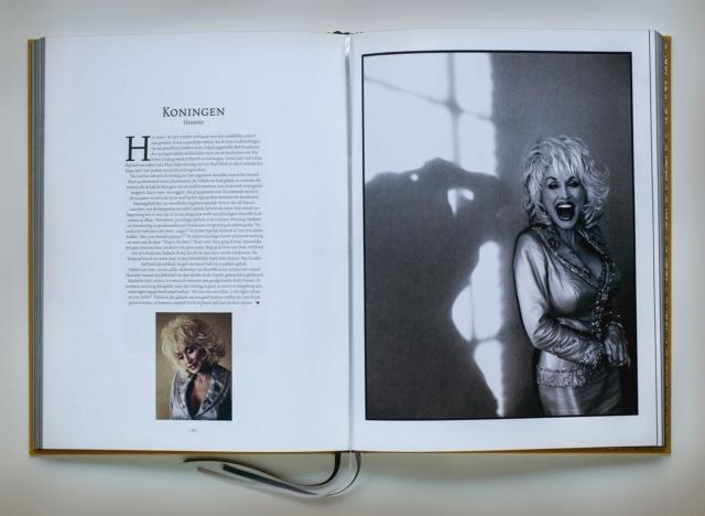Half april verschijnt de Bijbel van Corbino. Een prachtig boek met indrukwekkende portretten en een kijk in de gedachtenwereld van de maker, Maarten Corbijn, @corbino.nl Er zijn nog een paar special editions te koop, met losse gesigneerde prints voor de echte verzamelaars. Het boek (€69) is nu al bij mij te bestellen (ja gesigneerd!!), ook voor de special edition kan je me mailen.  Design: @marcvanmeurs #fotoboek #portretfotografie #supportyourartist #bijnaklaar #specialedition #linkinbio #uitgeverijkomma