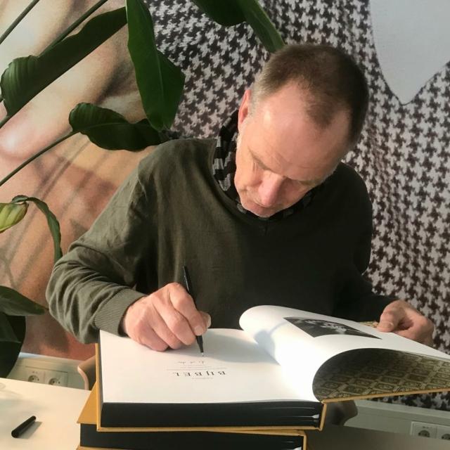 Nog een paar vers gesigneerde exemplaren van De Bijbel van @corbino.nl Design: @marcvanmeurs Uitgeverij: @uitgeverijkomma #inclusieflatijn #signerenkanjeleren #photobooks #photography