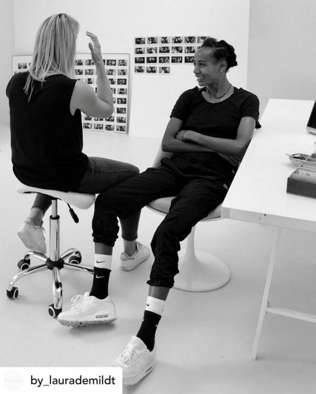 """Vanaf maart 2021 werk ik samen met @by_laurademildt aan haar boek Op Kracht en Karakter, een bijzonder project dat 100 Nederlandse vrouwelijke topsporters op een podium zet. Binnenkort start de voorverkoop en lanceren we een hele serie korte video's van al die topvrouwen! #wateenfeest #topvrouwen #iedereeninbeeld ••••••• Posted @withregram • @by_laurademildt Het laatste portret is geschoten, heel bijzonder om deze periode met @sifanhassan af te sluiten.  ••• Op dit moment werk ik aan mijn eerste boek """"Op Kracht & Karakter"""" met ruim 100 portretten van onze Nederlandse vrouwen in topsport, het aanstormend talent, de huidige kampioenen en onze heldinnen uit het verleden.  Dit najaar wordt mijn boek door @lecturis uitgegeven ism @flowerdales 🔜 #staytuned ••• Behind the scenes 📷; @sven_sleur   #opkrachtenkarakter #vrouwenintopsport #portraits #women #dutch #topsport #book #sportswomen #creation #fotoboek  #succes #sifanhassan #athlete #winner #teamnl #ambition #behindthescenes #bookinthemaking #laurademildt #photography"""
